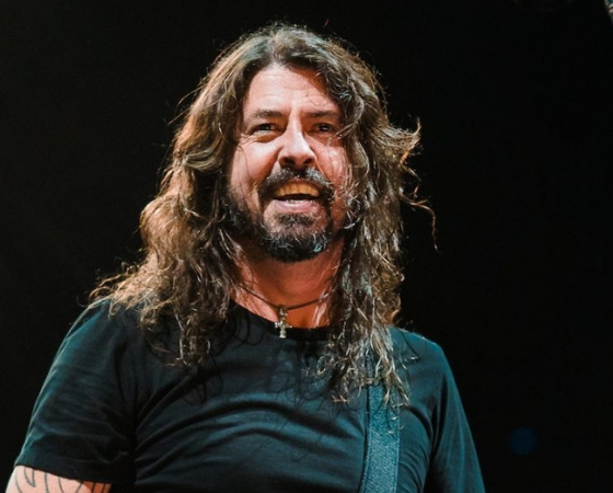 Líder de Foo Fighters cae del escenario