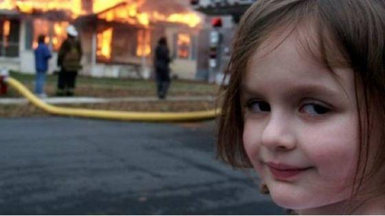 En la imagen se puede ver a Zoe con una mirada malvada, que fue interpretada por los usuarios como si ella hubiese comenzado el incendio.