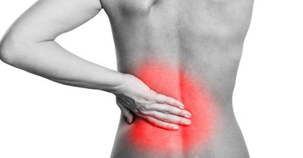 El dolor en la esfera derecha lateral delante de y detrás en la espalda