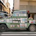 """Armas de instrucción masiva: la loca propuesta de regalar libros arriba de un """"tanque"""""""
