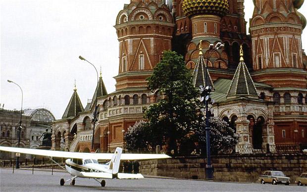 La avioneta Cessna 172 de Mathias Rust, cerca de la Plaza Roja de Moscú.