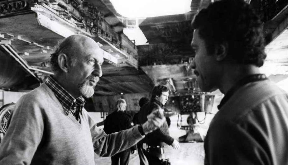 El director Irvin Kershner le da instrucciones al actor Billy Dee Williams (Lando Calrissian).