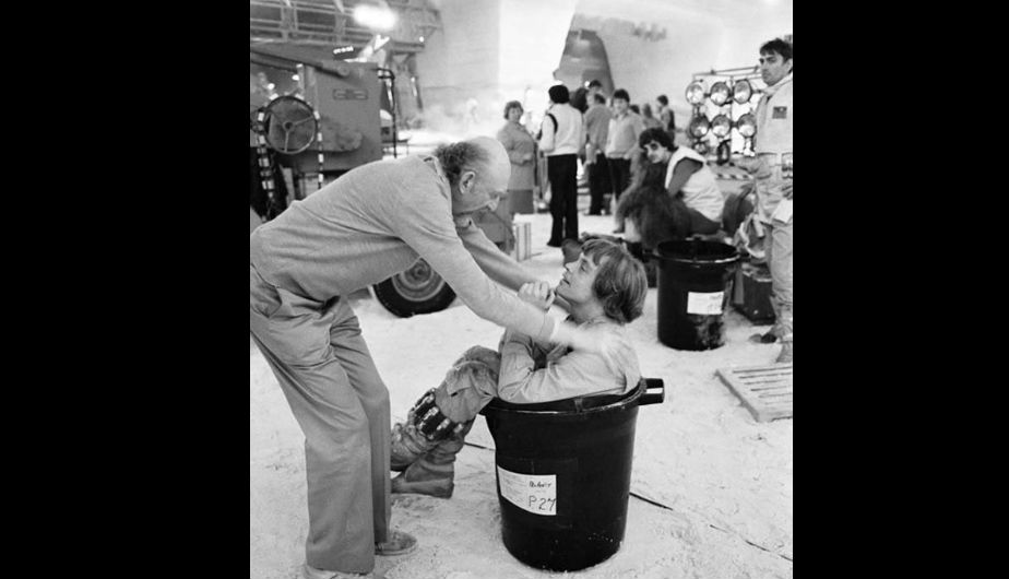 El director Irvin Kershner conversa con el actor Mark Hamill (Luke Skywalker).