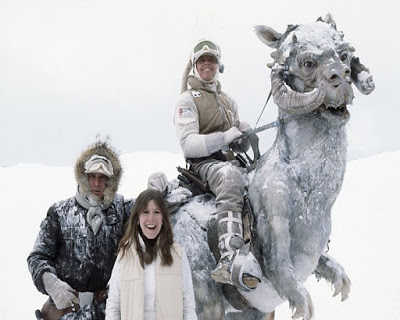 El actor Mark Hamill (Luke  Skywalker) montando su Tauntaun, junto a Harrison Ford (Han Solo) y Carrie Fisher (Princesa Leia).