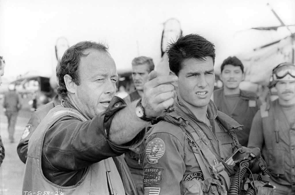 "El actor Tom Cruise (Maverick) recibe instrucciones del director Tony Scott, durante el rodaje de ""Top Gun"" (1986)."