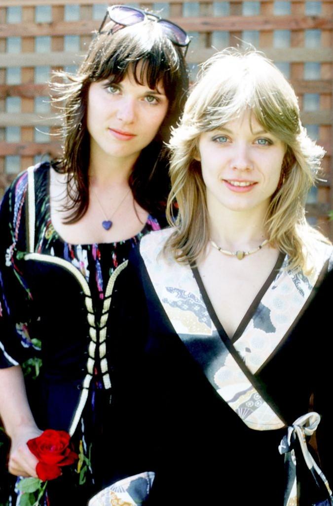 Las hermanas Ann (morena) y Nancy Wilson (rubia), a principios de los años 70'.