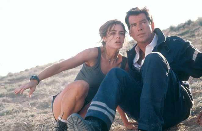 "Denise Richards junto a Pierce Brosnan en la cinta de James Bond ""El mundo no es suficiente""."