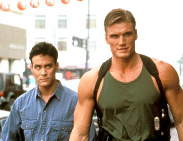 "Brandon Lee junto al actor sueco Dolph Lundgren, en una secuencia de la película ""Showdown in Little Tokyo""."