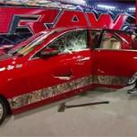 """Brock Lesnar """"enloquece"""": Le lanzó la puerta de un Cadillac a los fanáticos"""