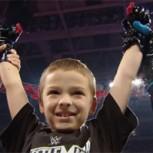 Niño de 8 años aquejado de cáncer firma contrato con la WWE: Conoce esta inspiradora historia