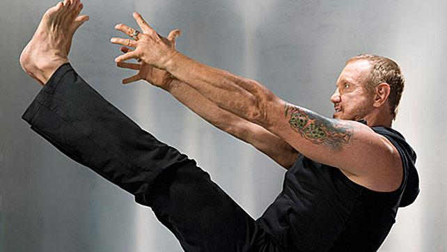 DDP en su nueva faceta como instructor de Yoga.