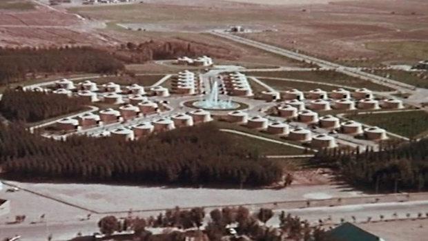 91c243449 Y se lo tomó realmente en serio: ordenó plantar un bosque en medio del  desierto y construir un aeropuerto en el lugar elegido para que los  invitados ...