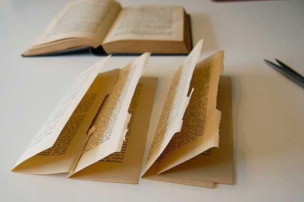Manualidades en papel manzana en papel de libro - Papel partitura para manualidades ...