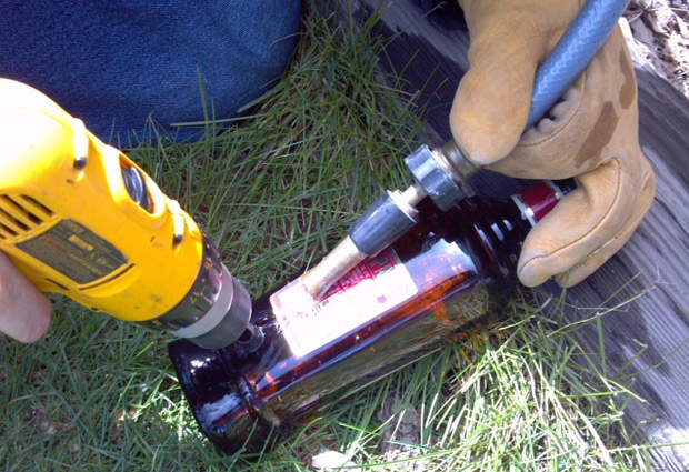 Utilizando botellas vac as de licor para hacer decorativas - Como hacer lamparas con botellas de vidrio ...