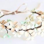 ¿Collar de flores hechos con alambre y esmalte de uñas? Todo es posible…