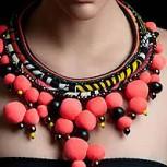 Huellas y colores de Africa en los collares de Maud Vilaret