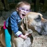 Conmovedora historia de una niña y su perro que la protege de sus ataques de epilepsia