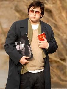 """""""Mark David Chapman, encarnado por el actor Jared Leto en la película """"Chapter 27"""", con el libro """"The catcher in the rye en una de sus manos."""