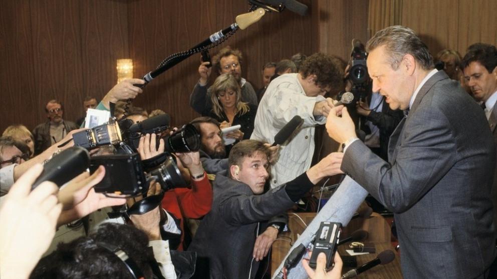 Günter Schabowski atendiendo a la prensa internacional.