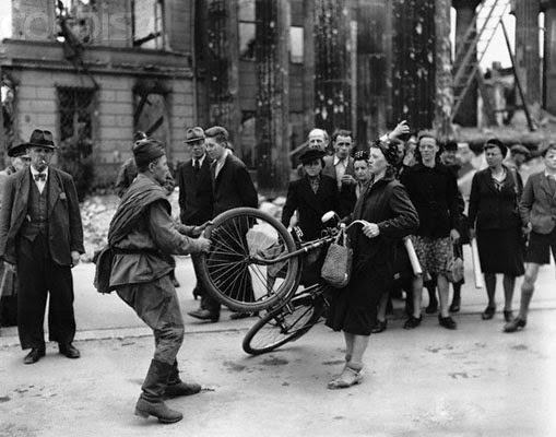 Rusos Berlin 1945 Bicycle tussle
