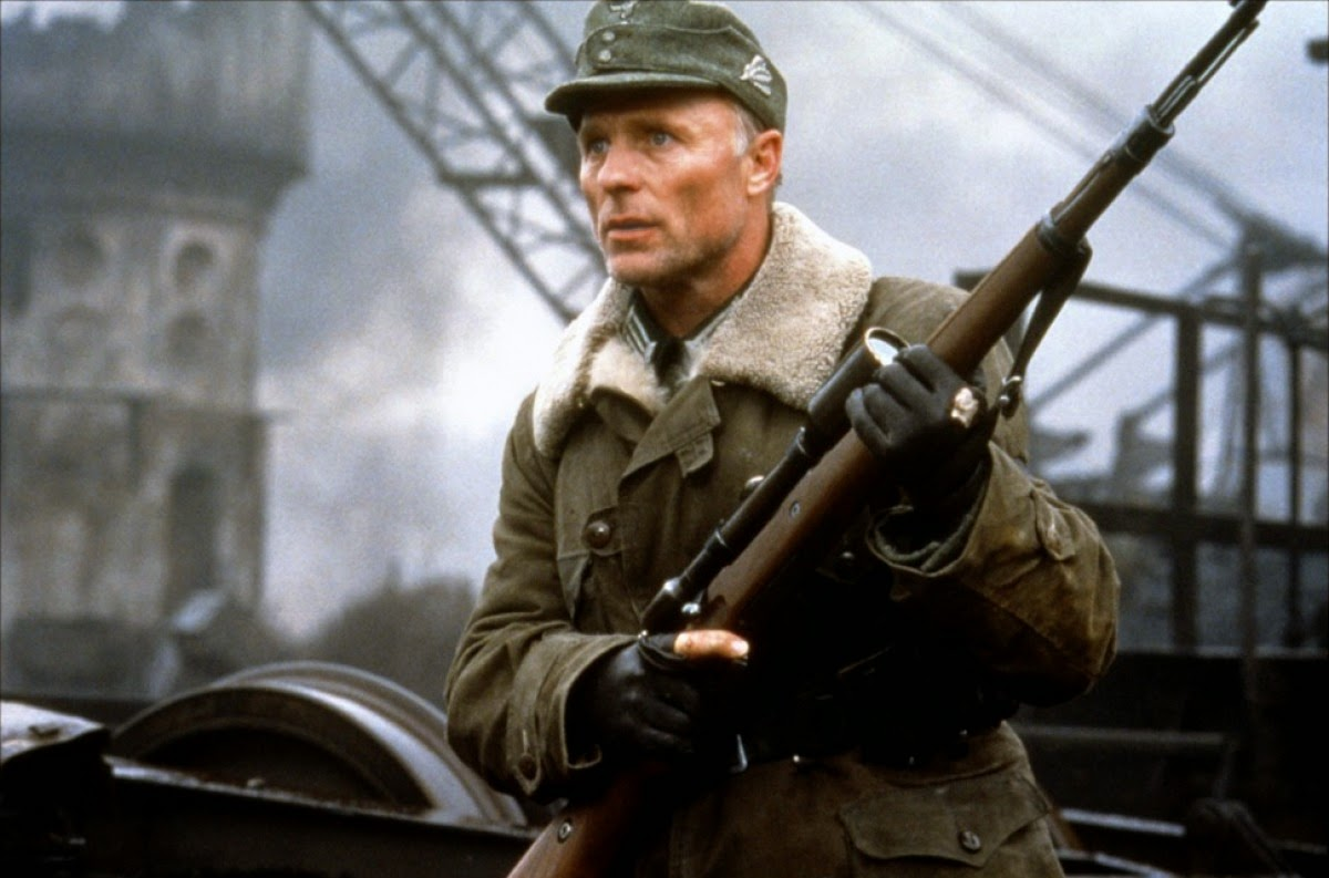 "El actor Ed Harris personificando al comandante alemán Erwin König en la cinta ""Enemy at the gates""."