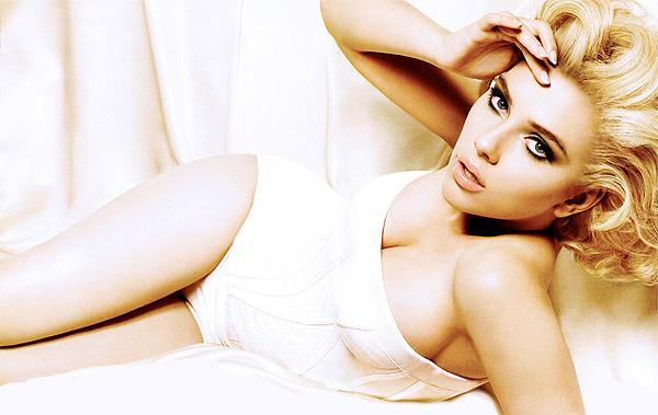 """Según Woody Allen, Scarlett Johansson """"se ve como una mujer, ella exuda feminidad"""" Foto: D&G"""