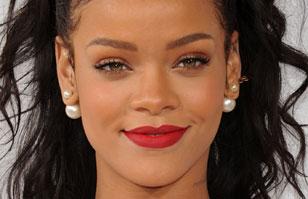 Rihanna vuelve a provocar con un vestido transparente