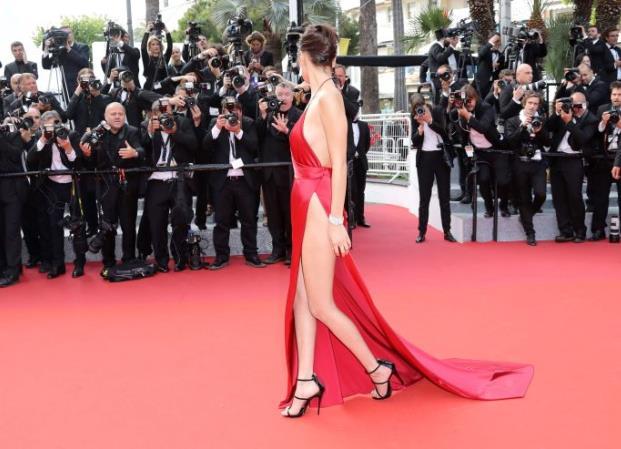 Modelo Bella Hadid luce el vestido más audaz y provocador de Cannes
