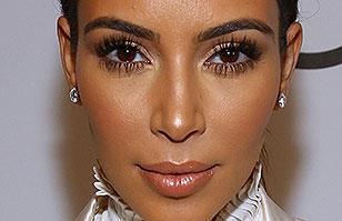Kim Kardashian impacta con su entallado vestido metálico en evento benéfico