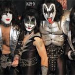 """Maquillaje de Kiss intacto después de cumplir el """"Ice Bucket Challenge"""" en pleno concierto"""
