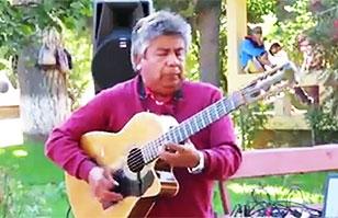 New York Post destaca a chileno que toca con la guitarra en la espalda: Lo comparan con Jimi Hendrix