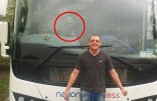 ¿Un alien dentro de un bus? Así lo cree pasajero que se tomó una foto junto a él