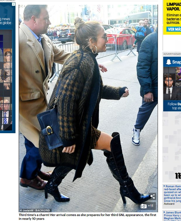 "Las impresionantes botas de serpiente con las que Jennifer Lopez regresó a ""Saturday Night Live"" tras casi 10 años / Captura www.dailymail.co.uk"