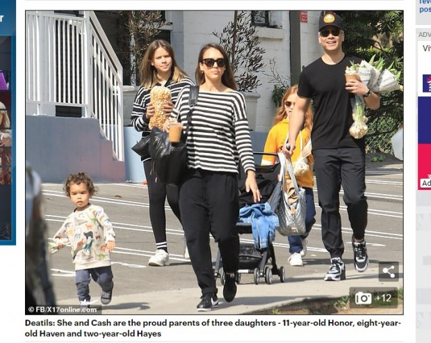 Tierna foto familiar: Jessica Alba fue captada paseando con su marido y sus hijos / Captura www.dailymail.co.uk