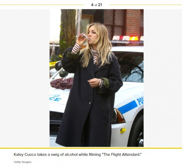 "Kaley Cuoco bebe alcohol en una de las escenas de ""The Flight Attendant"" / Captura pagesix.com"