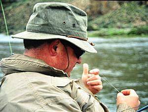 El tippet, parte del líder, en el equipo de pesca con mosca