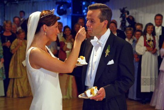 trondheim-norway-24-05-2002-file-norwegian-princess-martha-louise-l-and-her-newlywed-husband-ari-behn-enjoy-the-first-pieces-of-their-wedding-cake-after-they-were-married-in-trondheim-norway-24-may-2002-r