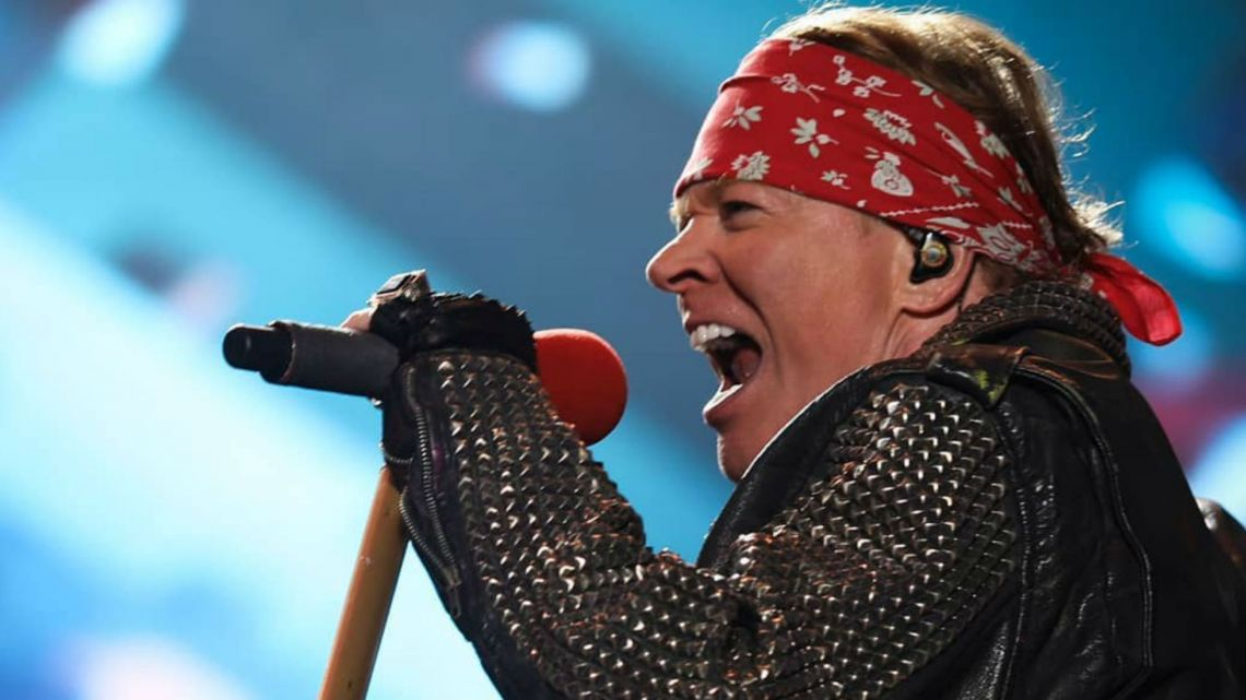 video-la-durisima-caida-de-axl-rose-en-pleno-show-de-los-guns-n-roses-800853