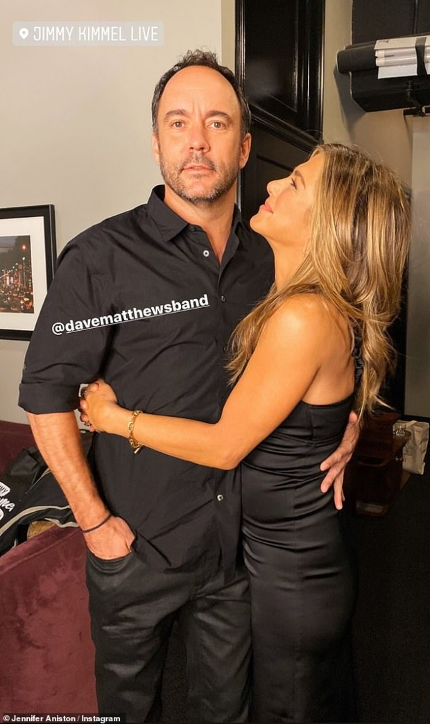 Jennifer Aniston, abrazada a su amigo Dave Matthews / www.dailymail.co.uk