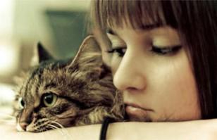 mujer soltera con gato