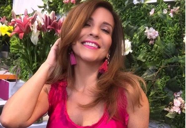"""Karla Constant: La conductora de """"Mucho Gusto"""" de Mega, estaría con un pie en otro canal. La animadora ya habría comenzado las conversaciones con CHV para incorporarse a sus filas."""