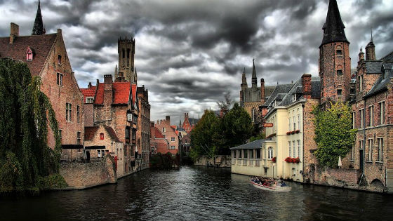 canal-in-stormy-bruges-belgium_p