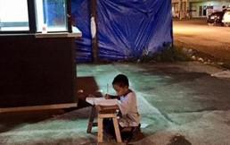 La inspiradora foto del niño estudiando en la calle que dio la vuelta al mundo