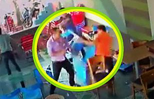 Feroz pelea al estilo de la lucha libre deja tremendos destrozos: Sillas y mesas por los aires