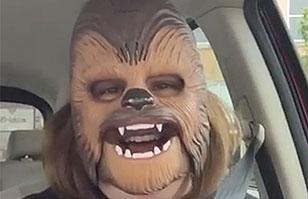 Para morir de la risa: La increíble reacción de una mujer con su máscara de Chewbacca