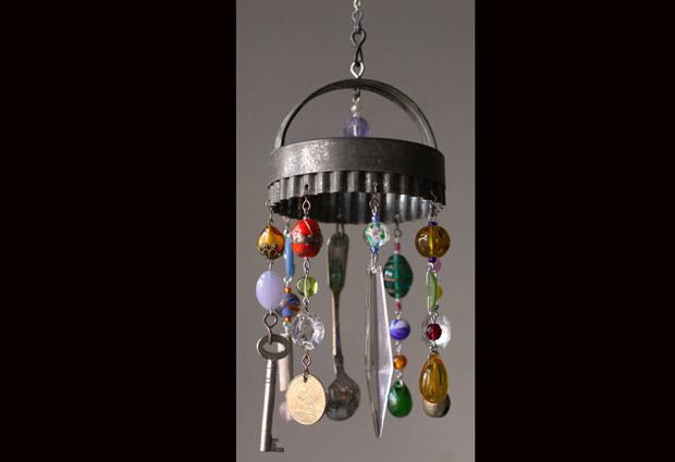 Gran creatividad: lámparas de araña con objetos de cocina en ...